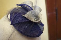 Mother of bride fascinator with lilies. By Ma'dore NZ