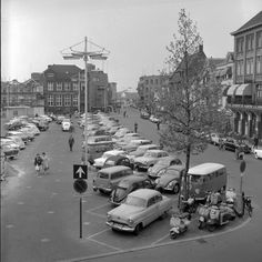 """Fotopersburo """"Foto Visie""""; Foto- en negatievencollectie F. van Mierlo Serie van 9 negatieven betreffende de Markt in Eindhoven toen er nog geparkeerd mocht worden - 1960"""
