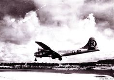 Superfortress Enola Gay landing on Tinian island after dropping the atomic bomb on Hiroshima Nagasaki, Hiroshima Japan, Douglas Macarthur, Tinian Island, Bomba Nuclear, First Atomic Bomb, Hiroshima Bombing, Ufo, Santos Dumond