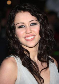 Miley Cyrus con i capelli neri
