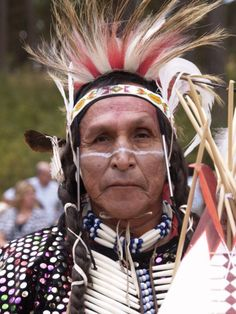 indios americanos World Cultures, Old Men, Sons, Captain Hat, Hair Styles, People, Faces, The World, Native American Indians