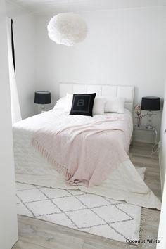 Vaaleanpunaista makuuhuoneessa ja juhlat lähestyy | Coconut White