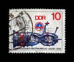 DDR ALLEMAGNE - CIRCA 1979 Un cachet de la poste imprim� en Allemagne montre vaisseau spatial et le portrait du savant Albert Einstein, vers 1979 cachet de la poste mill�sime isol� sur fond noir photo