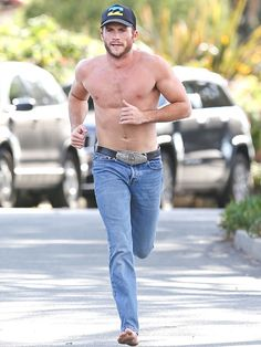 Star Tracks: Thursday, March 5, 2015   BORN TO RUN   He gave someone the shirt off his back! Scott Eastwood breaks a sweat during an impromptu barefoot workout in Santa Monica, California, on Wednesday.