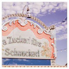 A Zuckerl fürs Schnuckerl! Letzter Tag letztes Mal gebrannte Mandeln letztes Mal Riesenrad fahren. Heute wird nochmal das selbstgenähte Dirndl ausgeführt. #OideWiesn #oidewiesn2018 #wiesn #wiesn2018 #oktoberfest #oktoberfest2018 #theresienwiese #festwiese #089 #muenchen #munichlife #minga #meinbayern #zuckerl #munich #muenchen