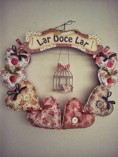 guirlanda de corações Handmade Crafts, Diy And Crafts, Arts And Crafts, Baby Deco, Felt Crafts Patterns, Fabric Hearts, Small Sewing Projects, Heart Wreath, Diy Garland