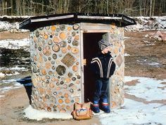 So Cute - A Child-Built Cordwood Masonry Clubhouse . The finished cordwood masonry clubhouse and its Grand Poobah. An east-facing door and thick cordwood walls offer protection from the prevailing winds. img 1 of 4 Diy Fort, Cordwood Homes, Bus Shelters, Diy Playhouse, Backyard Buildings, Portland Cement, Natural Homes, Mother Earth News, Cabins And Cottages
