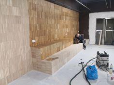 Instalación de un parquet industrial de roble en vertical y acabado al aceite. Industrial, Divider, Bathtub, Furniture, Home Decor, Wood Flooring, Oak Tree, Oil, Standing Bath