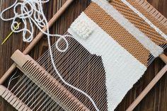 Si vous me suivez sur les réseaux sociaux, ça n'a pas dû vous échapper,je me suis mise au tissage ! Le tissage est une technique ancestrale, présentetout autour du monde avec une richesse culture... Diy Couture, Tapestry Weaving, Weaving Techniques, Punch Needle, Loom Knitting, Hand Crochet, Lana, Diy And Crafts, Hand Weaving