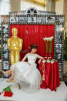 """Фотозона """"Оскар"""", замечательно трансформируется в стильную выездную регистрацию. Декор @elenaserbina_es Deco Cinema, Cinema Party, Casino Party, Casino Night, Hollywood Birthday Parties, Hollywood Theme, Old Hollywood Party, Red Carpet Theme Party, Bollywood Theme Party"""