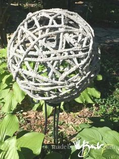 Make your own Concrete Garden Orbs with this DIY tutorial. Inflatable molds and cement dipped fabric and yarn make this an easy garden decor. Source: Concrete Garden Orbs – Made By Barb ̵… Diy Cement Planters, Cement Art, Concrete Art, Concrete Garden, Concrete Edging, Diy Garden Projects, Garden Crafts, Garden Ideas, Diy Crafts