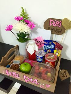 Desayuno especial - Mothers Day Breakfast Basket, Breakfast Tray, Friend Birthday Gifts, Mom Birthday, Candy Logo, Christmas Classroom Door, Diy Gift Baskets, Chocolate Bouquet, Gifts For My Boyfriend