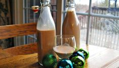 Homemade baileys Irish cream - Only a blender and six ingredients are needed to create holiday cheer with this perfect homemade gift. Homemade Baileys, Homemade Irish Cream, Baileys Recipes, Baileys Irish Cream, Irish Recipes, Homemade Christmas Gifts, Homemade Gifts, Liquor Cake, Cheap Chocolate