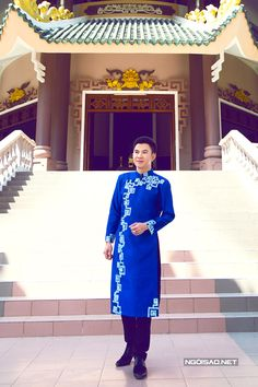 Discover recipes, home ideas, style inspiration and other ideas to try. Vietnamese Men, Vietnamese Dress, Vietnamese Traditional Dress, Traditional Dresses, Modern Traditional, Ao Dai Men, Ao Dai Cach Tan, Poses, Menswear