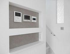 ニッチ棚の中にリモコン類を設置することで、おしゃれですっきりとした空間を演出しております。 Entrance Doors, Outdoor Life, Windows And Doors, Bathroom Medicine Cabinet, Shelves, Interior Design, House, Home Decor, Decor Ideas