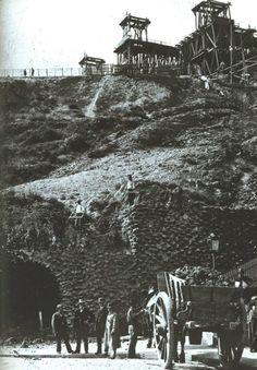 Les travaux de construction de la Basilique du Sacré-Coeur de Montmartre vers 1888, une vue prise de la place Saint-Pierre. Les Parisiens se demandaient à quoi allait ressembler cette construction... (via Paris d'antan)