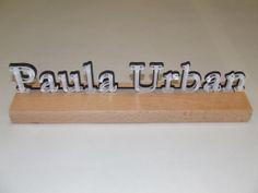 PLV fabricado con letras en metacrilato de dos colores sobre peana de madera