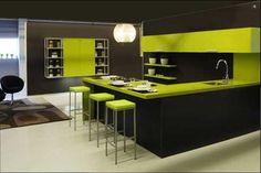 Atrevida combinación de muebles de cocina en Madrid oscuros con encimera verde pistacho www.lovikcocinamoderna.com tiendas de muebles en Madrid