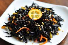 Savez-vous qu'en plus du planning de dégustations prévu tous les samedis, d'autres sont prévus TOUS LES JOURS, A TOUTE HEURE DE LA JOURNÉE, dans notre espace au 5 Avenue de l'Opéra !? Aujourd'hui et demain, une petite présentation d'un plat traditionnel japonais: le HIJIKI ! Le Hijiki, une algue brune riche en fer et en calcium qui ressemble à des nouilles très fines, utilisées principalement dans la cuisine japonaise. On peut y ajouter de la viande, fruits de mer et légumes !