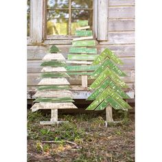 These recycled wooden Christmas trees would be perfect made from old pallets!