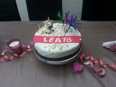 Lea's Einhorn-Erdbeer-Vanille-Buttercreme-Torte.... Wir koennen es noch nicht perfekt aber es wird ...