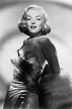 1950 Photos Studios en robe dorée pour All About Eve - Divine Marilyn Monroe Golden Age Of Hollywood, Classic Hollywood, Old Hollywood, Hollywood Icons, Hollywood Actresses, Gentlemen Prefer Blondes, Jean Harlow, Elizabeth Taylor, Rihanna