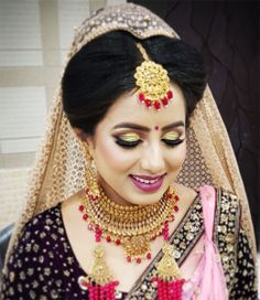 Most of the women wants to find the perfect  bridal makeup services so we at sonal parlour in dhanbad we provide Best bridal makeup facilities to customers at very affordable rates. You can just visit our beauty salon and get best services at very less time. Makeup Items, Makeup Products, Best Bridal Makeup, Makeup Services, Waterproof Makeup, Parlour, Facials, Simple Makeup, Popular