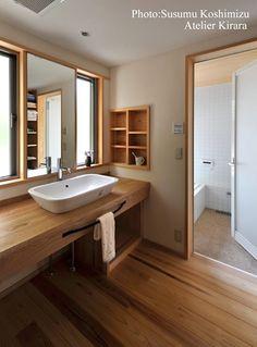 足利の家「素材と景色を楽しむ家」: アトリエきらら一級建築士事務所が手掛けた浴室です。