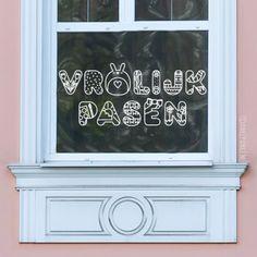 Leuke paas-letters raamtekening met toepasselijke illustraties zoals tulpen en bloemen, eieren, slinger en een lintje, en ga zo maar door.