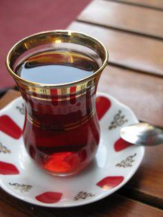 I bicchieri da tè turchi. Un amore a prima vista, con i piattini pennellati di rosso, come petali di rosa.