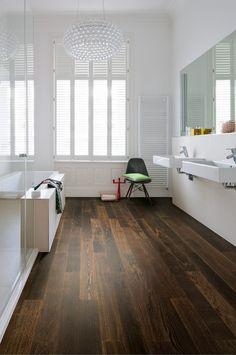 modernes bad mit braun-silbernen fliesen und ebenerdiger dusche, Deko ideen