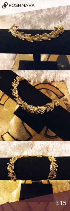 Vintage gold leaf bracelet Vintage gold leaf bracelet with security chain attached. Very beautiful and elegant. Jewelry Bracelets