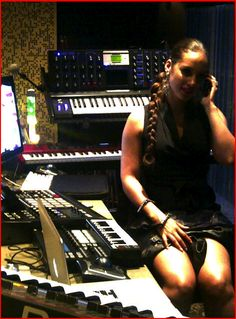 Alicia Keys At The Studio With The MPC5000 And Other Machines.
