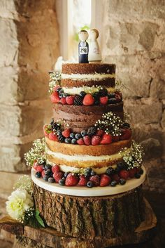 Lyde Court Wedfest Wedding | Herefordshire Wedding Photography photo by Gemma Williams Photography www.gemmawilliamsphotography.co.uk naked chocolate cake with fruits #MadeByMarieGreen