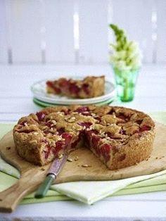 Erdbeer-Bauern-Torte Rezept: Stücke,Erdbeeren,Butter,Zucker,Vanillezucker,Zitrone,Salz,Eier,Speisestärke,Mehl,Backpulver,Pinienkerne,Form,Alufolie