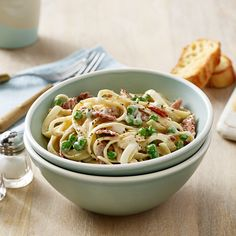This fettuccine carbonara recipe from RAGÚ® features our Classic Alfredo Sauce and three simple ingredients. Easy to make and enjoy. Try it tonight! Carbonara Recipe With Peas, Fettuccine Carbonara Recipe, Carbonara Recipe Authentic, Carbonara Sauce, Fettuccine Alfredo, Alfredo Sauce, Pasta Sauce Recipes, Bacon Recipes, Cooking Recipes