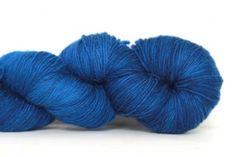 Lace Buscando Azul    Malabrigo Lace  100% Baby Merino  50g gram / 430 meter Handwas Stekenverhouding afhankelijk van de dikte van de brei/haaknaald.  Wij raden aan dat u voldoende garen in een keer bestelt om uw project te voltooien.  Aangezien elke levering een ander kleurbad krijgt kunnen de kleuren onderling variëren.  De garens worden hand of ketel geverfd. De kleuren kunnen op het beeldscherm iets afwijken van de werkelijkheid.