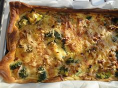 Broccoli, ui en spek quiche met croissantdeeg.