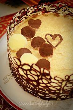 Mod de preparare Tort cu mousse de ciocolata si cafea: Blat de tort cu cacao: Separam albusurile de galbenusuri. Albusurile le batem spuma tare cu un praf
