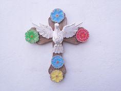 Linda peça decorativa do artesanato mineiro. <br>Todo feito em madeira essa cruz trará proteção e beleza ao seu lar. <br>Este modelo mede aproximadamente 40 cm de altura x 35 cm de largura.
