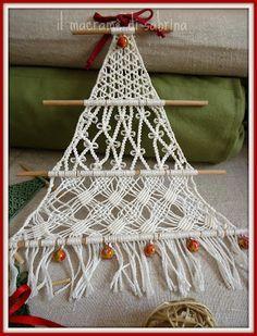 the sabrina macramé: Saplings to decorate Christmas Macrame Design, Macrame Art, Macrame Projects, Hanging Ornaments, Diy Christmas Ornaments, Christmas Gifts To Make, Doll Crafts, Xmas Crafts, Creations