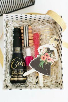 (Foto 4 de 9) Set con mini botella de cava, macarons, esmalte de uñas y tarjeta dedicada para tus damas de honor, Galeria de fotos de ¿Qué les puedo regalar a mis damas de honor?
