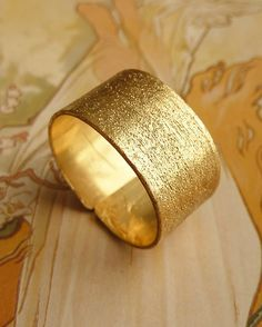 Simple Gold Band. Ah-mazing!