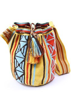 Woven by the Wayuu, an Amerindian people living near the border of Colombia and Venezuela, the hyper-colored bags of Miss Mochila are reminiscent of the Brazilian bracelets holiday. A hang back and wait for spring ... Available at the shop Yaya Store.