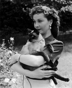 Vivien Leigh and her Siamese cat Ting Ling.