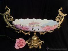 Gran fuente centro de mesa en porcelana rosada, con flores, y detalles laterales Art Nouveau al oro.
