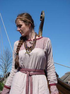 Slavic dress (via jaromira-dalebora.blogspot.com)