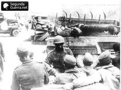 Rendição da 148 alemã em 1945. Notar a parte da torre e traseira do M-8 do 1º Esquadrão de Reconhecimento e um soldado brasileiro recebendo os alemães. (Crédito da foto: Museu Cap. Pitaluga)