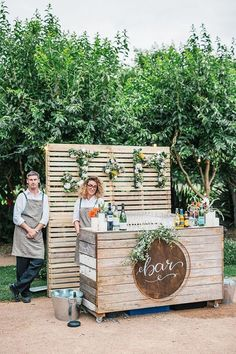 Rustic styled outdoor bar is part of Wedding decorations - Diy Wedding Bar, Beer Wedding, Rustic Wedding, Food Truck Wedding, Wedding Dress, Garden Wedding, Wedding Reception, Diy Bar, Bar Pallet