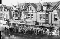 """Uitverkoop bij De Duif in de Kerkstraat Ik denk dat de winkel van """"De Duif"""" op de Groest was, iets naar links op de foto was de Kerkstraat"""